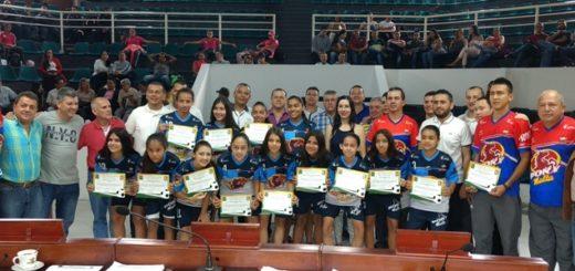 Equipo femenino de fútbol con el grupo de concejales de Dosquebradas