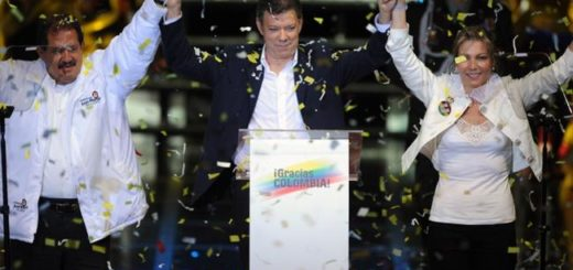 Colombian President elect Juan Manuel Santos (C) waves to supporters next to his wife Maria Clemencia Rodriguez(R) and his Vice President elect Angelino Garzon in Bogota on June 20, 2010. Conservative ex-defense minister Juan Manuel Santos handily won Colombia's presidential runoff vote Sunday with a whopping 69.2 percent of the vote, trouncing his Green Party rival, authorities said. AFP PHOTO/Eitan Abramovich / AFP PHOTO / EITAN ABRAMOVICH